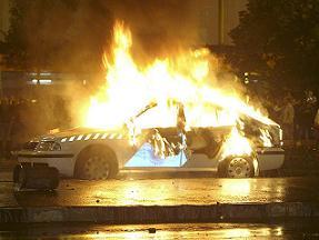 Un coche arde